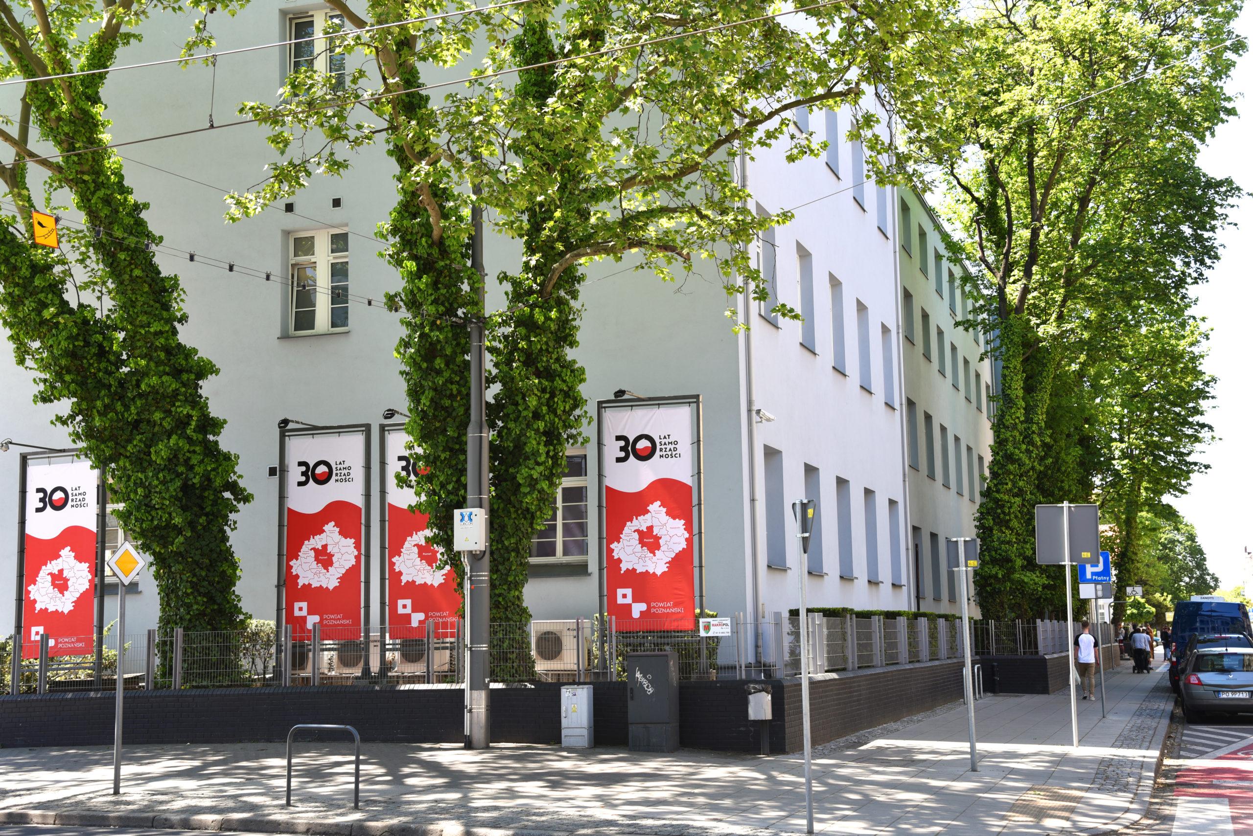 banery z logiem 30-lecia samorządności przy budynku Starostwa Powiatowego w Poznaniu