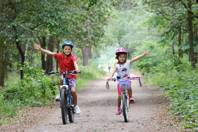 dzieci na rowerze
