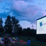 zdjęcie kino plenerowe ludzie oglądający wyświetlany film