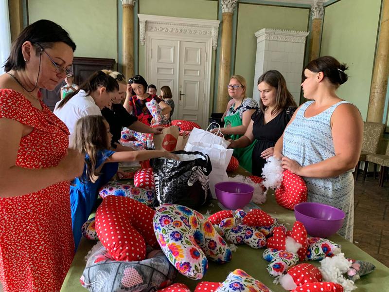 Panie szyjące poduszki w Pałacu w Iwnie
