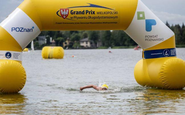 pływak na trasie wpław przez kiekrz