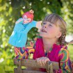 zdjęcie dziewczynki z pacynką pod drzewem