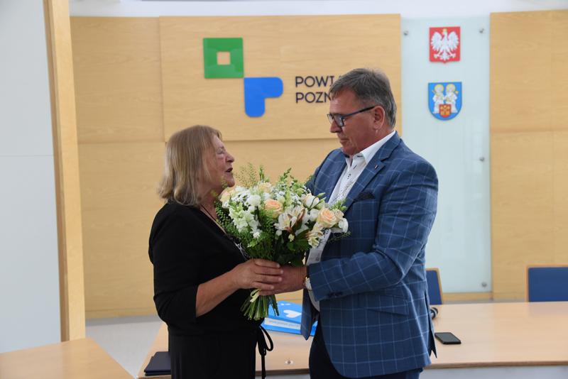 Starosta Poznański Jan Grabkowski wręczający kwiaty Pani Elżbiecie Bijaczewskiej
