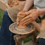 zdjęcie garncarza wykonującego naczynie z gliny
