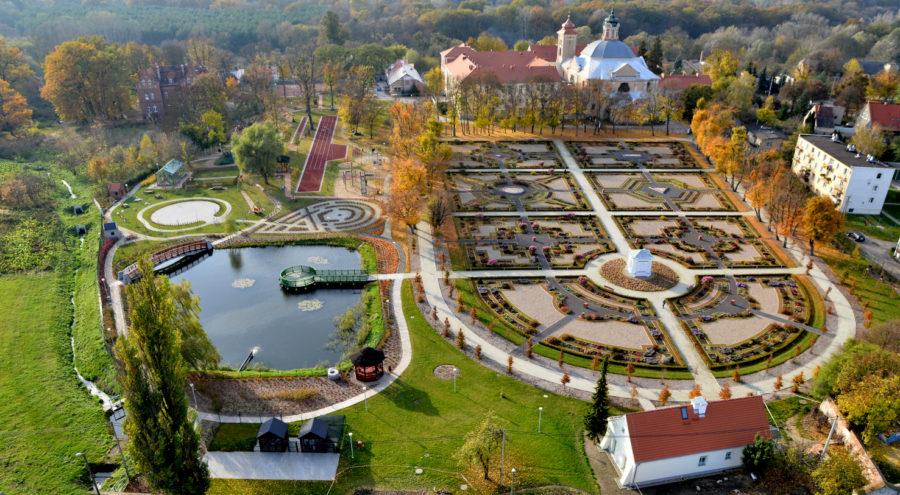 Widok Parku Orientacji Przestrzennej w Owińskach z lotu ptaka