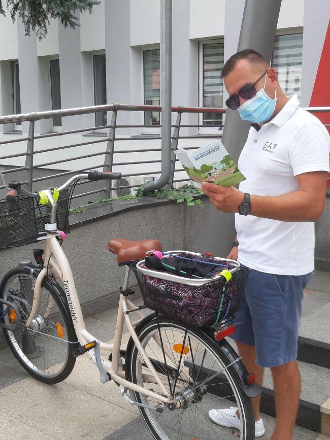 przewodnik rowerzysty przez urzędem gminy w tarnowie podgórnym