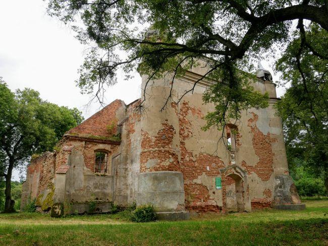 Ruiny kościoła w Chojnicy - plener filmów Ogniem i Mieczem oraz Dowód życia