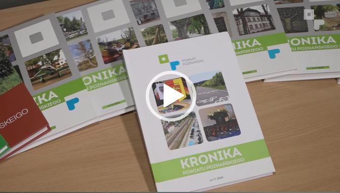 kadr z filmu Powiatowej17. ukazujący wydania Kroniki Powiatu Poznańskiego