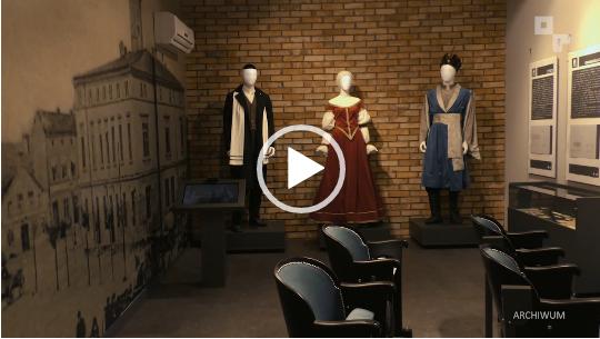 kadr z filmu powitowa17. - wnętrze muzeum , w tle 3 manekiny