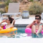 zdjęcie pary pływającej w basenie na pontonach