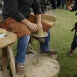 zdjęcie procesu wyrabiania z gliny