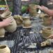 zdjęcie dzieci z naczyniami glinianymi