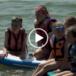 dzieci na desce surfingowejj